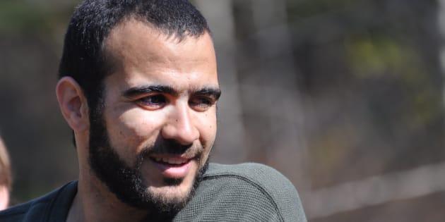 J'ai eu envie, vraiment envie, d'écrire : Omar Kadhr lui lancé une grenade, mais c'est flou.