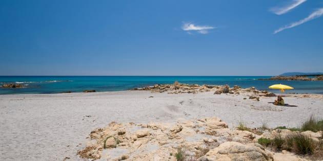 Vandali deturpano con bombolette spray una delle spiagge più