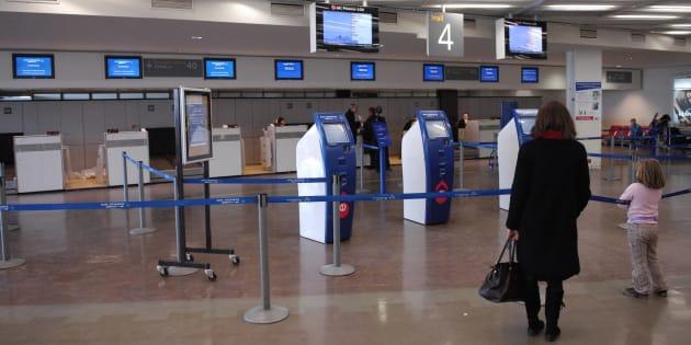 Des passagers s'apprêtant à prendre leur avion, le 23 décembre 2007 à l'aéroport d'Orly