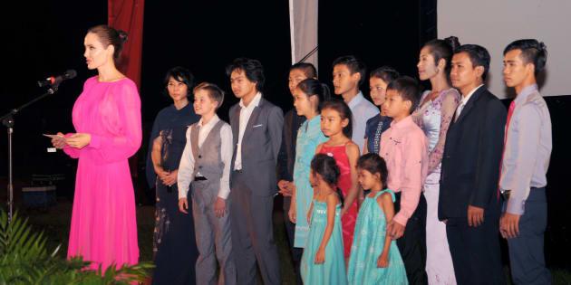 """Angelina Jolie a présenté son nouveau film """"First They Killed My Father"""" entourée de ses six enfants àu Cambodge ce samedi 18 février."""