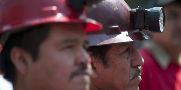 Protesta de integrantes del Sindicato Nacional de Trabajadores Mineros Metalúrgicos Siderúrgicos y Similares cargando 63 ataúdes de cartón para conmemorar el noveno aniversario de la tragedia en la mina de Pasta de Conchos, el 19 de febrero de 2015.