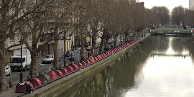"""Les tentes des """"Enfants de Don Quichotte""""  à Paris le 17 décembre 2006."""