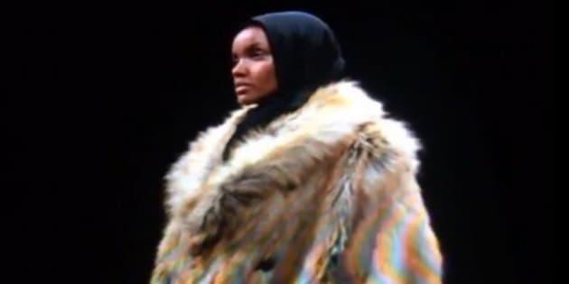 """La mannequin américano-somalienne Halima Aden défile lors de la cinquième édition de """"Yeezy"""", défilé de Kanye West"""