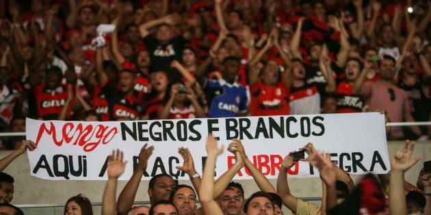 Torcedores do Flamengo seguram faixa contra o racismo em um jogo contra o Grêmio, no Maracanã, em 2014.