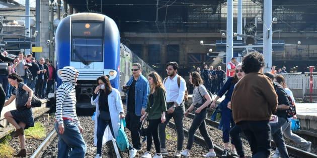 """La SNCF porte plainte après """"une cinquantaine d'exactions"""" et """"actes de malveillance"""" (photo d'illustration: des manifestants sur les voies de la gare du Nord le 24 avril)"""