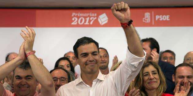 Il socialista Pedro Sanchez celebra la vittoria alle elezioni come leader del partito in Spagna. (Madrid, 21 maggio 2017)