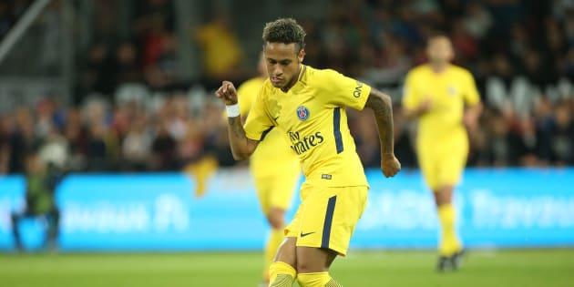Neymar foi comprado pelo clube Paris Saint-Germain por um salário astronômico.