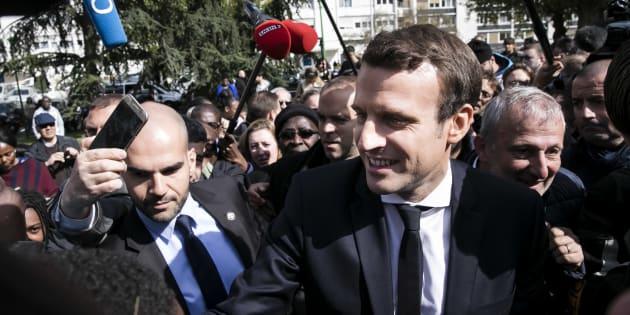 Emmanuel Macron lors d'un déplacement à Sarcelles, dans l'entre-deux-tours de la présidentielle