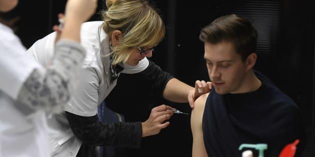Une infirmière vaccine un étudiant sur le campus de Dijon, le 4 janvier.