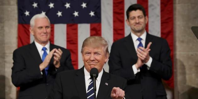 Donald Trump devant son vice-président Mike Pence et le président du parlement Paul Ryan, ce mardi 28 février.