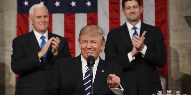 O vice-presidente Mike Pence e o porta-voz da Casaa Branca, Paul Ryan aplaudem o presidente Donald Trump em seu primeiro discurso no Congresso
