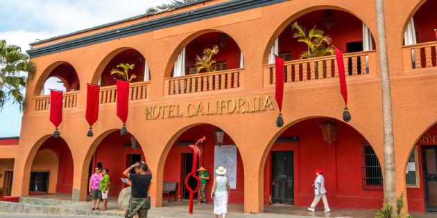 """Cet hôtel diffuse la musique des Eagles et fait croire qu'il a inspiré leur chanson """"Hotel California""""."""