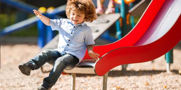 Faire du toboggan avec son enfant est-il dangereux? Les médecins alertent.