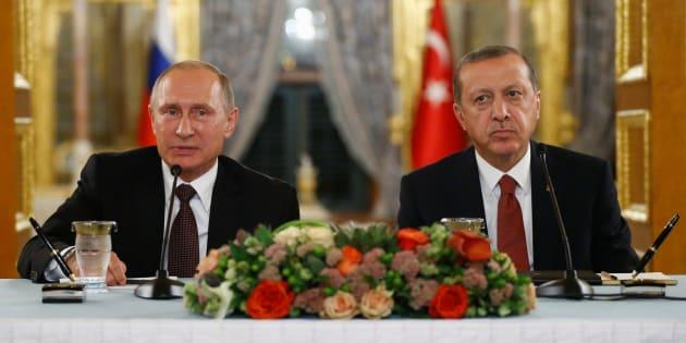Le Président Vladimir Poutine s'exprime durant une conférence de presse conjointe avec son homologue Teyyep Erdogan à Istanbul, le 10 octobre 2016.