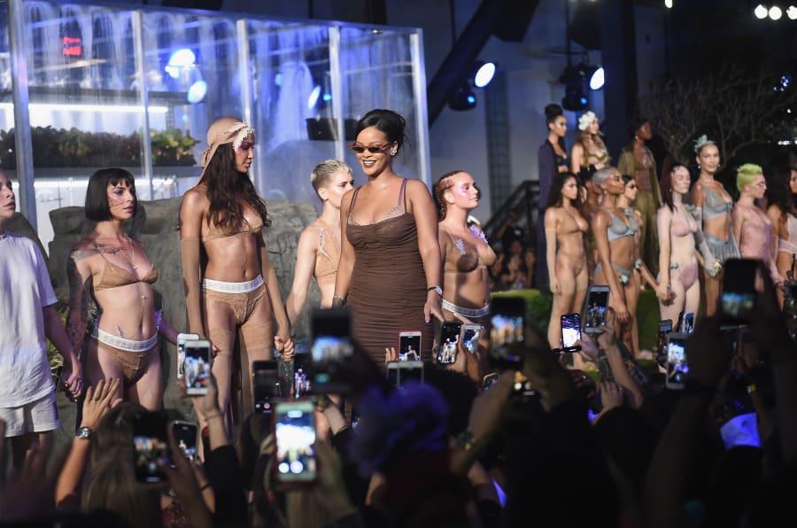 Rihanna al finalizar el desfile de su marca durante New York Fashion Week.