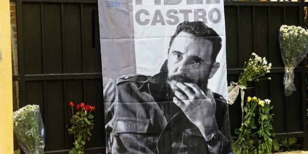Des fleurs et un portrait de Fidel Castro devant l'ambassade cubaine à Hanoi (illustration)