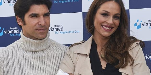 Eva Gonzalez y Cayetano Rivera, en la presentación de su hijo el 7 de marzo de 2018 en Sevilla.