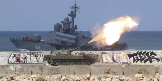 Un véhicule blindé russe tire pendant une répétition pour le défilé de la marine dans le port de la mer Noire de Sébastopol, en Crimée, le 26 juillet 2018.