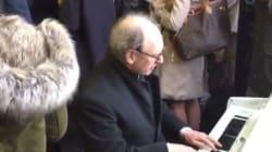 Il joue du piano pendant la grève du métro de Londres pour adoucir les