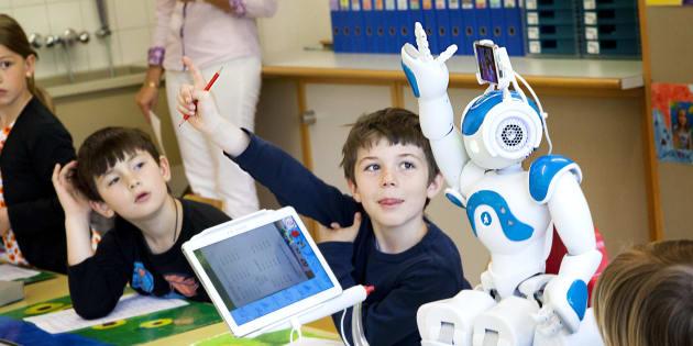 Le robot français Nao est présentement utilisé pour aider des élèves éprouvant des difficultés de santé comme Jonas, 7 ans, qui ne peut être en classe pour subir des traitements de leucémie.