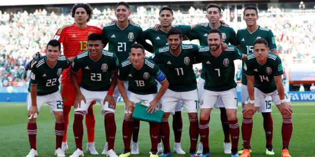 Time do México faz foto antes da partida com a Suécia.