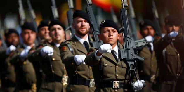 Un grupo de soldados, desfilando en el Día de la Fiesta Nacional de 2017, en Madrid.