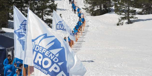Des militants de Génération identitaire et de Defend Europe au col de l'Echelle près de Briançon le 21 avril 2018.