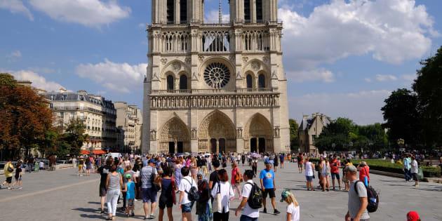 Des touristes devant Notre-Dame de Paris le 8 août 2018.