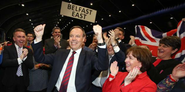 Qu'est-ce que le DUP, ce parti sulfureux grâce auquel Theresa May pourra gouverner