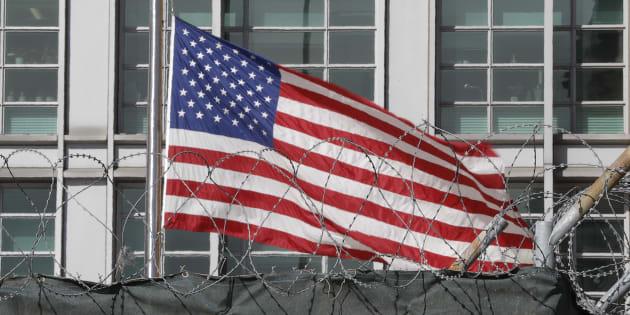 La bandera de EEUU, en su embajada de Moscú.