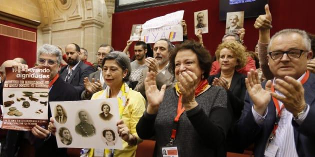Familiares de víctimas y miembros de asociaciones de memoria aplauden la aprobación de la ley en el Parlamento andaluz, el pasado miércoles.