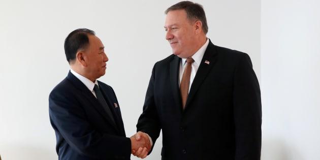 El enviado de Corea del Norte, Kim Yong Chol, saluda a Mike Pompeo, Secretario de Estado de los Estados Unidos, durante su reunión en Nueva York, Estados Unidos.