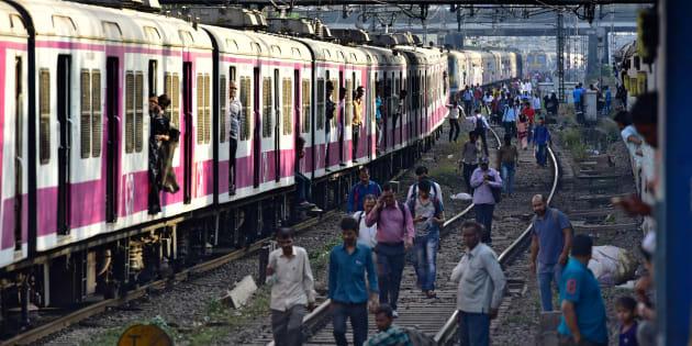 En India, millones de personas usan los trenes como una manera cotidiana de viajar por todo el país. (Photo by Vijayanand Gupta/Hindustan Times via Getty Images)