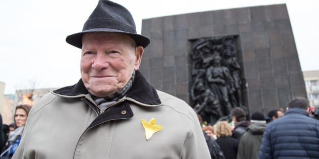 Un survivant du soulèvement du ghetto de Varsovie devant le monument à la mémoire des héros du ghetto, situé sur le terrain du Musée de l'histoire des Juifs polonais, à Varsovie.