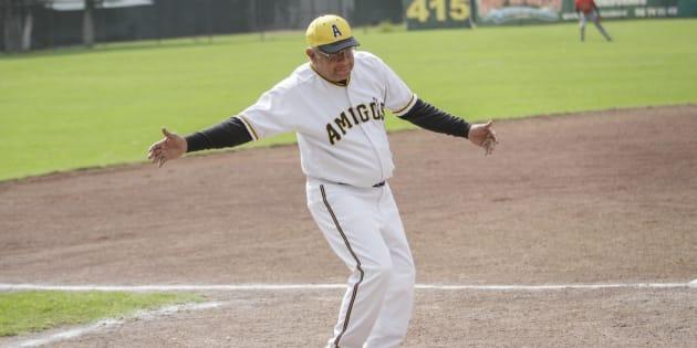 Andrés Manuel López Obrador, participó en un juego de béisbol entre los equipos Amigos y Gigantes, en el Deportivo de los Tranviarios.