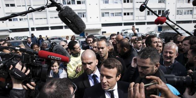 Emmanuel Macron en visite en banlieue de Paris, le 27 avril 2017.