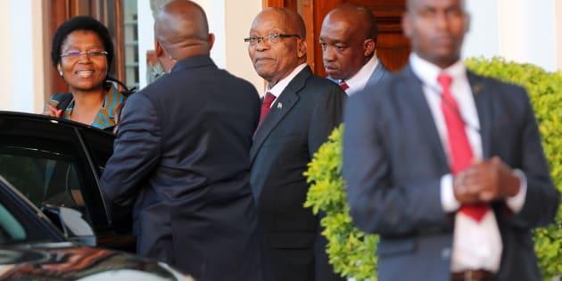 El presidente Jacob Zuma deja Tuynhuys, la oficina de la Presidencia en el Parlamento en Ciudad del Cabo, Sudáfrica, el 7 de febrero de 2018.