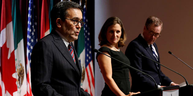 Mexico's economy minister, Ildefonso Guajardo (L), addresses the media with Canadian Foreign Minister Chrystia Freeland (C) and U.S. Trade Representative Robert Lighthizer at the close of the third round of NAFTA talks involving the U.S., Mexico and Canada in Ottawa, Sept. 27, 2017.