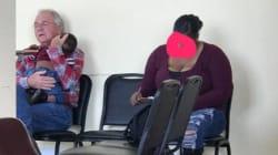 Questa foto di un anziano bianco che culla un bambino di colore è una risposta potente al