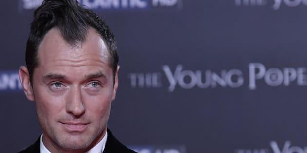 """Jude Law à la première de la série """"The Young Pope"""" le 9 octobre à Rome."""