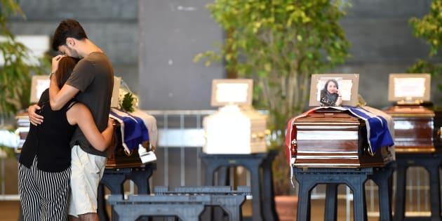 Des cercueils renfermant les corps de victimes du pont Morandi au centre d'exhibition de Gênes le 17 août 2018.