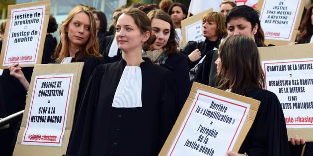 Avocats, greffiers et magistrats rassemblés devant le palais de justice de Bordeaux pour protester contre la réforme de la justice annoncée par le gouvernement Macron, le 16 mars 2018.