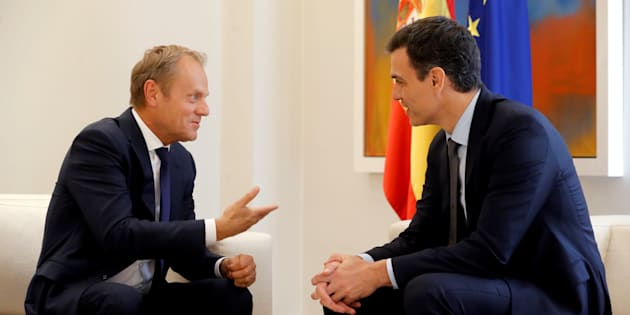 GRAF3423. MADRID, 19/06/2018.- El jefe del Gobierno, Pedro S�nchez (d), y el presidente del Consejo Europeo, Donald Tusk, durante el encuentro mantenido esta tarde en el Palacio de la Moncloa, en Madrid. EFE/Juan Carlos Hidalgo