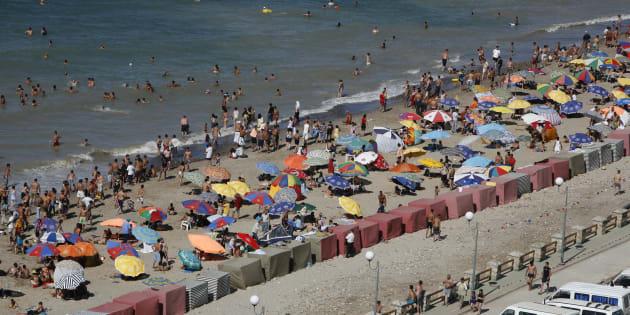 Le bikini n'est pas interdit sur les plages algériennes, où les femmes se baignent dans des tenues diverses.