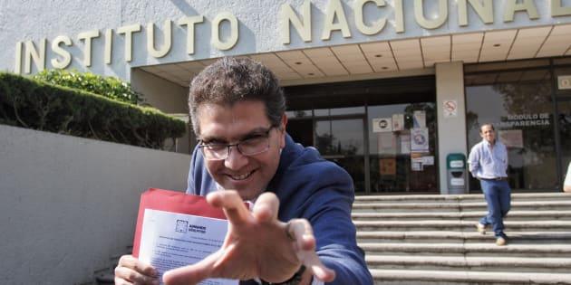 Armando Ríos Piter, cuando acudió al INE para exigir que se revisaran las firmas que presentó para buscar su candidatura.