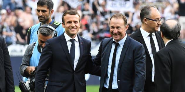 Emmanuel Macron et Jean-Pierre Papin au Stade de France le 27 mai 2017.