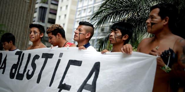 Indígenas de la etnia Guaraní se reunieron frente a la sede de la Fiscalía en Sao Paulo para protestar en contra de la decisión del presidente brasileño, Jair Bolsonaro, de encargar al Ministerio de Agricultura la demarcación de nuevas reservas indígenas.