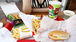 Parar de comer junk food causa sintomas de abstinência, diz