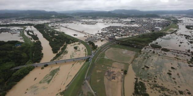 大雨による浸水被害などをもたらした高梁川(右)と小田川(左)。中央は浸水被害の起きた真備町地区など=8日、岡山県倉敷市上空[時事通信ヘリより]