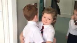 【動画】ハグ、グータッチ、ハイタッチ? 教室に入る1年生が挨拶しあう姿がカワイすぎる